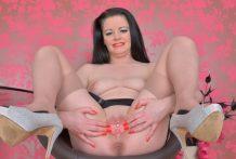 Mature mummy Sarah Kelly