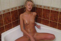 Rainy hottie bath dildoing